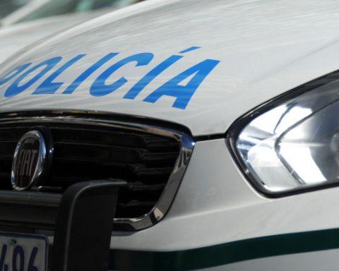 joven Policía móvil policial